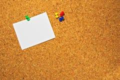 Пробковая доска с пустым куском бумаги готовым для записи сообщений Стоковое Изображение RF