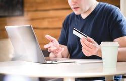 Проблема кредитной карточки Онлайн банк работа или плохой интернет Стоковое Изображение