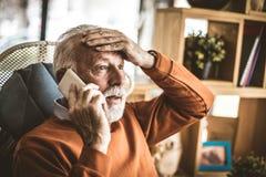Проблема на офисе Телефон старшего бизнесмена говоря Стоковая Фотография