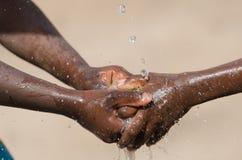 Проблемы воды в Африке - черные дети моя руки Стоковые Фотографии RF