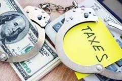 Проблемы с налогами надевает наручники деньги Концепция уклонения от налогов Стоковые Фотографии RF