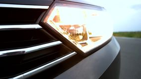 Проблескивая аварийное освещение на автомобиле сток-видео