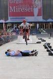 Пробный велосипедист скача над 4 парнями Стоковая Фотография RF