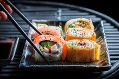 Пробовать набор суш сделал свежих овощей и морепродуктов стоковая фотография rf