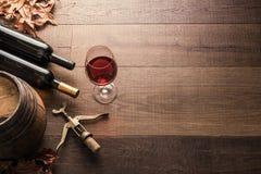 Пробовать превосходное красное вино стоковые изображения