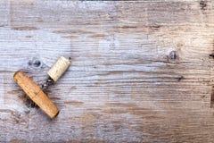 Пробочка и штопор на деревянной предпосылке Стоковое Изображение