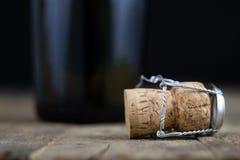 Пробочка от шампанского на деревянном кухонном столе Хорошее новое Year& x27; s d Стоковое фото RF