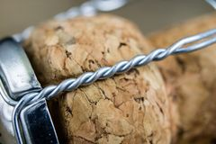 Пробочка от шампанского на деревянном кухонном столе Хорошее новое Year& x27; s d Стоковое Изображение RF