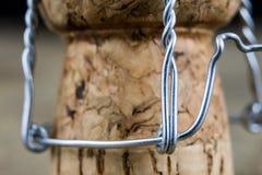 Пробочка от шампанского на деревянном кухонном столе Хорошее новое Year& x27; s d Стоковые Изображения RF
