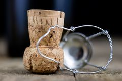 Пробочка от шампанского на деревянном кухонном столе Хорошее новое Year& x27; s d Стоковые Фото