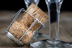 Пробочка от шампанского на деревянном кухонном столе Хорошее новое Year' s d Стоковые Изображения RF