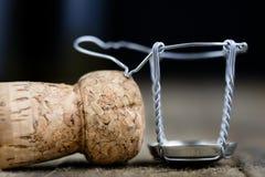 Пробочка от шампанского на деревянном кухонном столе Хорошее новое Year' s d Стоковые Фото