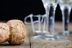 Пробочка от шампанского на деревянном кухонном столе Хорошее новое Year' s d Стоковые Фотографии RF