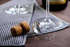 Пробочка Шампани на таблице Стоковая Фотография RF
