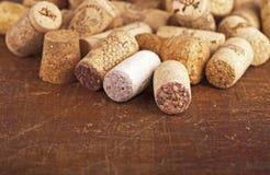 Пробочки бутылки на деревянной предпосылке Стоковое фото RF