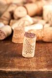 Пробочки бутылки на деревянной предпосылке Стоковая Фотография RF