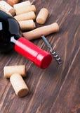 Пробочки вина и бутылка вина Стоковые Изображения
