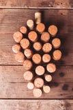 Пробочки вина на таблице Стоковая Фотография