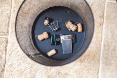 Пробочки Шампани и мобильного телефона погань в основании Стоковая Фотография RF