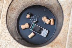 Пробочки Шампани и мобильного телефона погань в основании Стоковые Фото