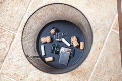 Пробочки Шампани и мобильного телефона погань в основании Стоковое Фото