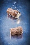 Пробочки Шампани с переплетенными проводами на поцарапанном металлическом backgro Стоковая Фотография
