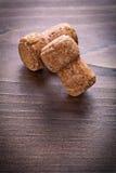 2 пробочки шампанского на винтажном деревянном хряке с Стоковая Фотография RF