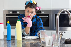 Пробуренная женщина в кухне Стоковые Изображения RF