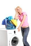 Пробуренная женщина готовя стиральную машину Стоковое Изображение RF