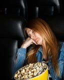 Пробуренная женщина спать на театре кино Стоковое Изображение