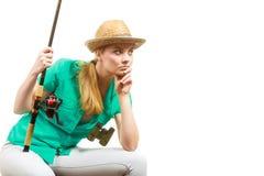 Пробуренная женщина с рыболовной удочкой, закручивая оборудованием Стоковая Фотография