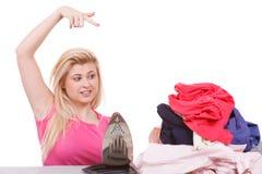 Пробуренная женщина указывая на одежды к утюгу Стоковые Фотографии RF