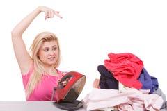Пробуренная женщина указывая на одежды к утюгу Стоковые Изображения RF