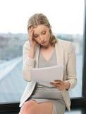 Пробуренная и утомленная женщина с документами Стоковые Фото