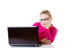 Пробуренная, унылая женщина сидя перед компьтер-книжкой. Стоковое фото RF