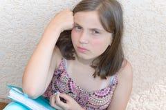 Пробуренный девочка-подросток делает ее домашнюю работу Стоковое Изображение RF