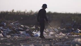 Пробуренный мальчик делая пыль в сбросе сток-видео