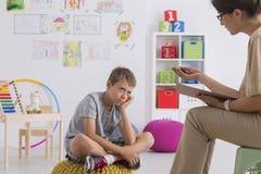 Пробуренный мальчик слушает его собственный psychotherapist Стоковые Фотографии RF