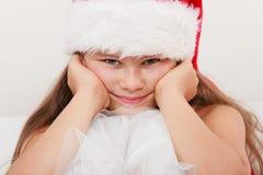Пробуренный ребенк маленькой девочки в шляпе santa Рождество Стоковые Изображения