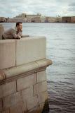 Пробуренный человек на набережной Стоковая Фотография