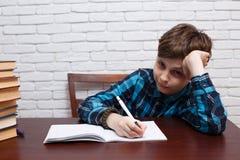 Пробуренный школьник обдумывает над решением задачи Элементарное schoo Стоковое Изображение RF