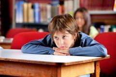 Пробуренный школьник смотря прочь Стоковое Изображение RF