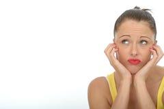 Пробуренный Fed вверх по Unmotivated любознательному привлекательному портрету молодой женщины Стоковые Фото