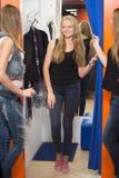 Пробуя одежды в магазине моды Стоковое Изображение