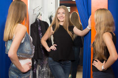 Пробуя одежды в примерочной Стоковые Изображения