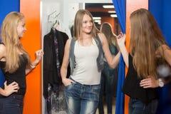 Пробуя одежды в универмаге Стоковое фото RF