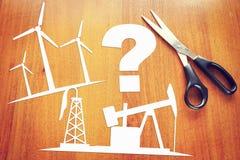 Проблемы чистых возобновляющей энергии и добычи нефти стоковое фото