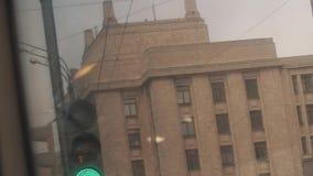 Проблескивая зеленый светофор перед зданием государственного университета Москвы видеоматериал