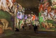 Провансаль, Франция - 4-ое августа 2017: Люди наблюдают искусство стоковое изображение rf