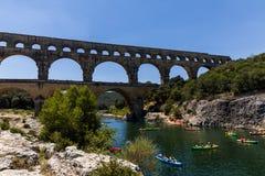 ПРОВАНСАЛЬ, ФРАНЦИЯ - 18-ОЕ ИЮНЯ 2018: Акведук Pont du Гара (моста через Гар) старый римский через реку Gardon в Провансали, фран стоковое изображение